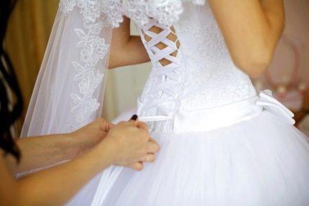 Шнурование свадебного платья