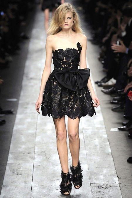 Кружевное вечернее платье с пышной юбкой