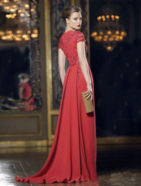 Красное вечернее платье со шлейфом