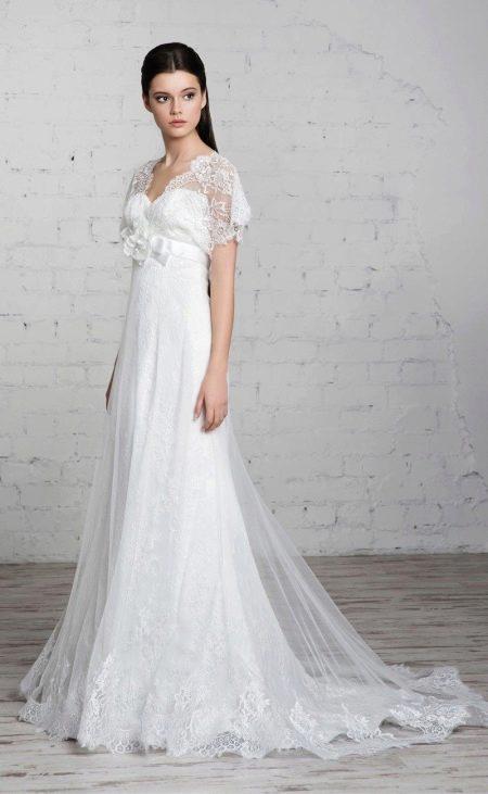 Свадебное платье с короткими кружевными рукавами