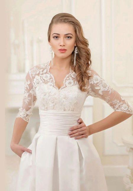 Свадебное платье с кружевным верхом и поясом
