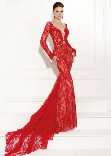 Красное кружевное вечернее платье со шлейфом