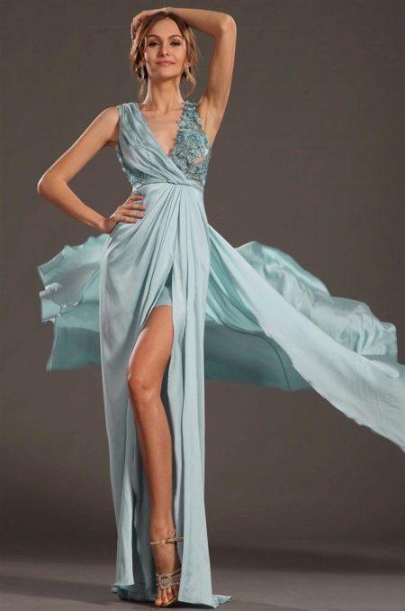 Короткое легкое платье с драпировкой на лифе