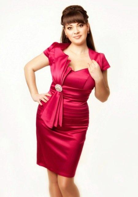 Короткое нарядное платье футляр большого размера