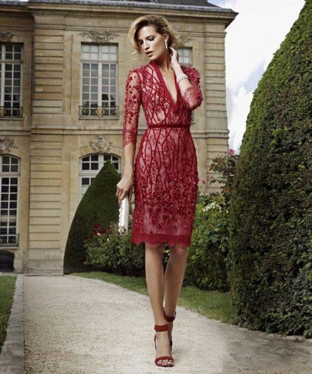 Красивое красное короткое вечернее платье