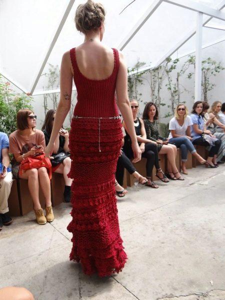 Вечернее вязаное платье с открытой спиной
