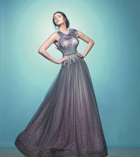 Вечернее платье с украшением на корсете