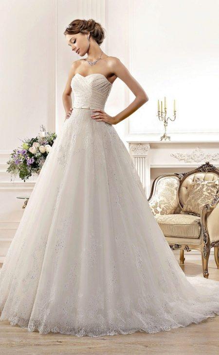 Свадебное платье из коллекции Idylly от Naviblue Bridal со шлейфом