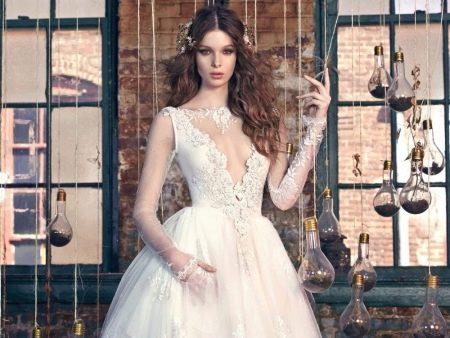 Ажурный вырез декольте на свадебном платье