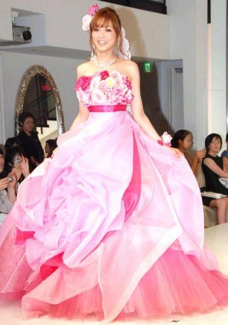 Свадебное платье с розовым бантом