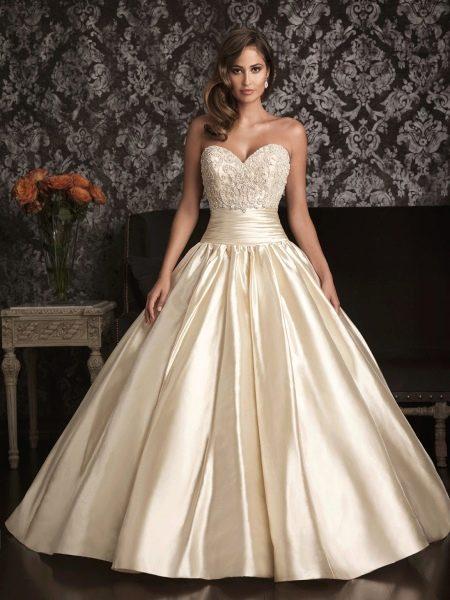 Пышное свадебное платье цвета слоновой кости