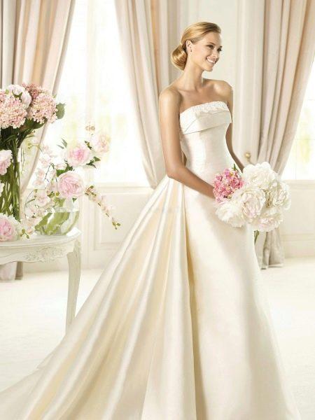 Свадебное платье со шлейфом цвета айвори