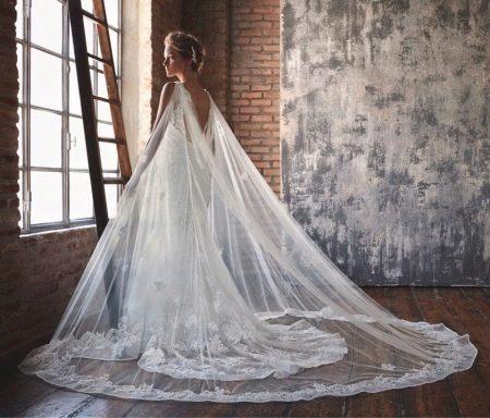 Свадебное платье со шлейфом с кружевом