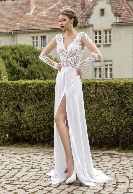 Кружевное свадебное платье с разрезом