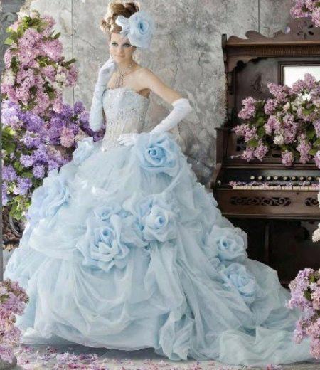 Голубое свадебное платье с перчатками
