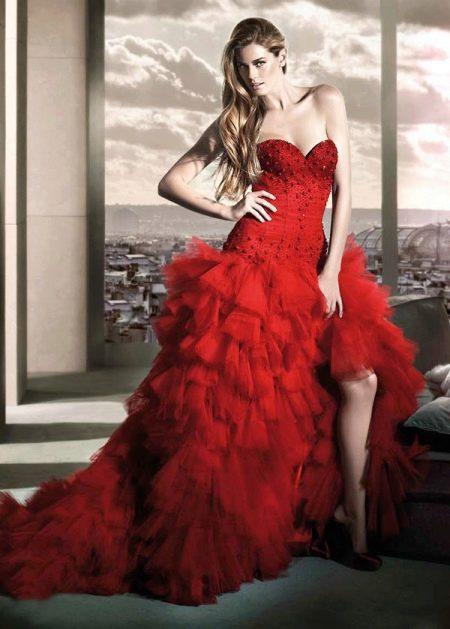 Пышное свадебное платье с разрезом красное