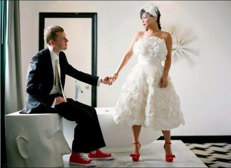 Свадебное платье с красными туфлями короткое