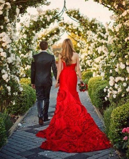 Красное свадебное платье со шлейфом русалка