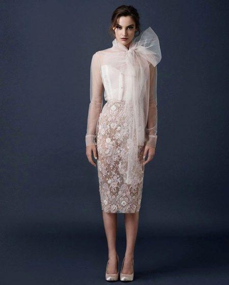 Короткое свадебное платье с прозрачным рукавом