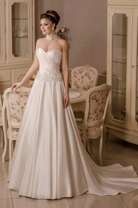 Свадебное платье а-силуэта с драпировкой