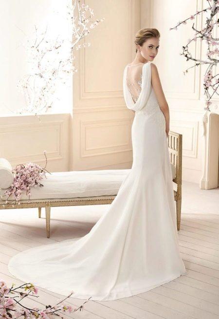 Элегантное свадебное платье с открытой спиной и шлейфом