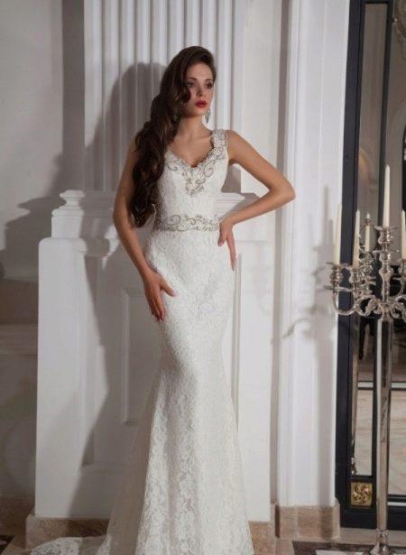 Свадебное платье с украшенным декольте стразами