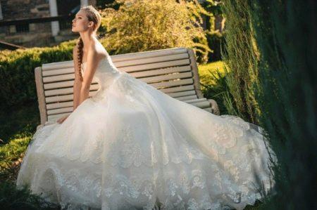Свадебное платье с вышивкой на юбке