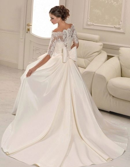 Свадебное платье с кружевом на спине