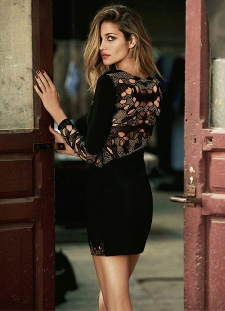 Вечернее короткое платье с кружевной спиной