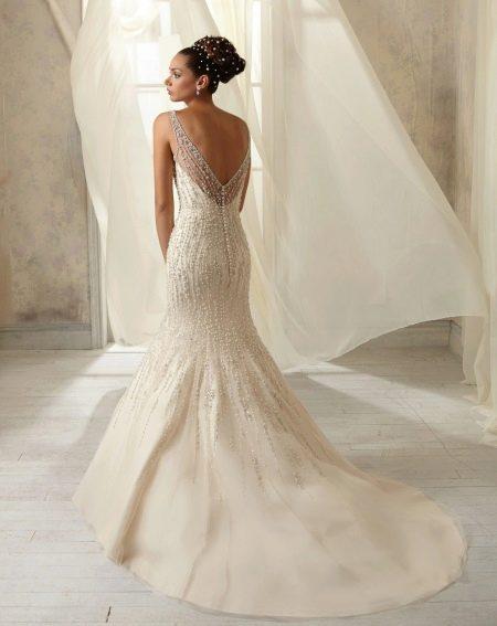 Красивое свадебное платье, расшитое жемчугом