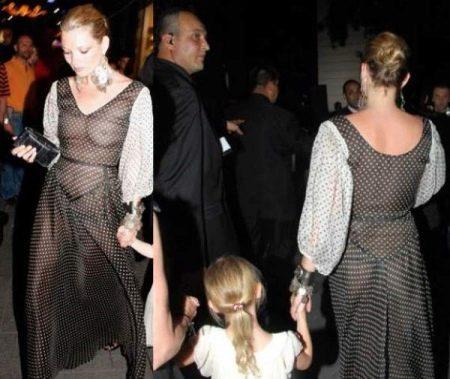 Кейт Мос в прозрачном вечернем платье в горошек