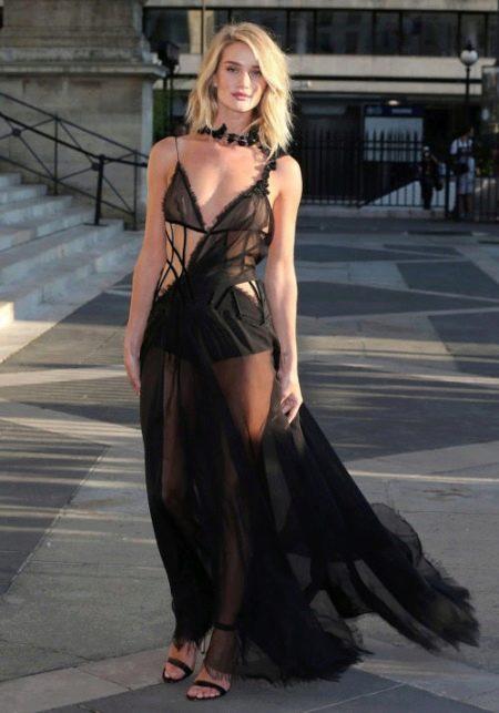 Откровенное платье в бельевом платье Рози Хантингтон