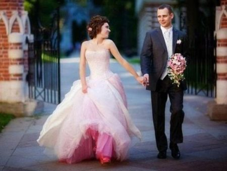 Свадебное платье с цветным подюбником
