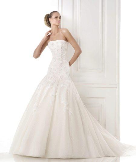 Свадебное платье из коллекции GLAMOUR от Проновиас с заниженной талией