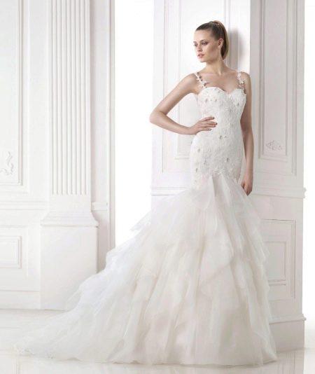 Свадебное платье из коллекции DREAMS от Проновиас с многослойной юбкой