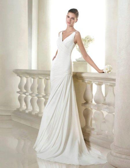 Свадебное платье с декольте и драпировкой