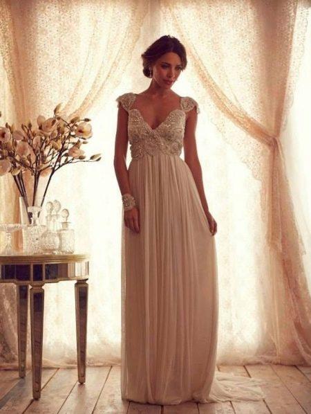 Свадебное платье с декором на лифе