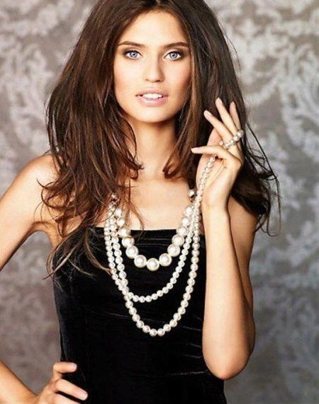 Жемчужное ожерелье под бархатное платье