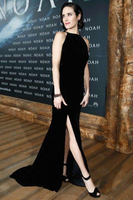 Черное бархатное платье с ковровой дорожки
