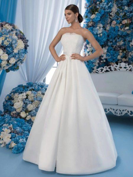 Простое свадебное платье а-силуэта