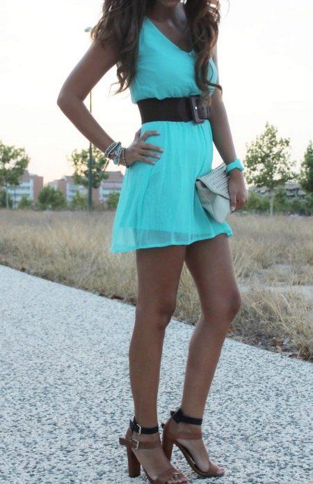 Ярко-бирюзовое платье цианового оттенка