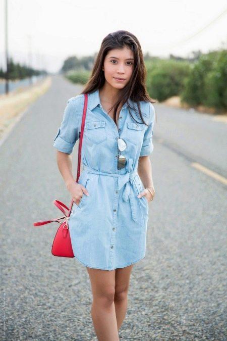 Голубое платье с красными аксессуарами