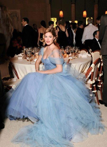 Длинное голубое вечернее платье