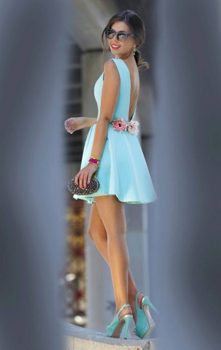 Голубое платье с розовыми цветами на спине