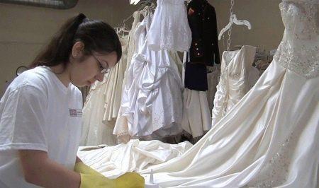 Процесс очистки свадебного платья