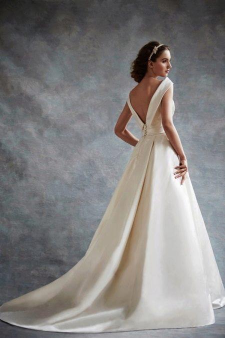 Свадебное платье с треугольным вырезом на спине