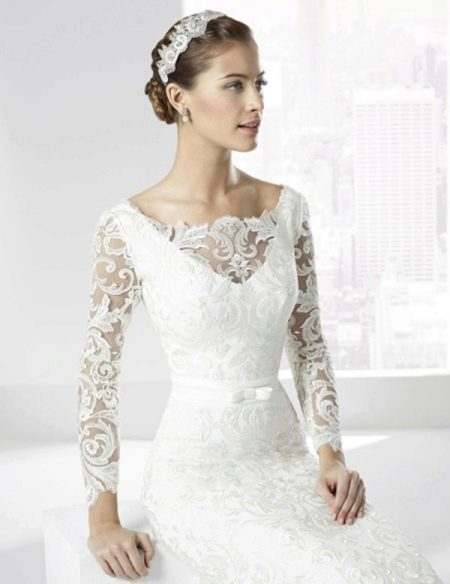 Классическое свадебное платье с иллюзией декольте