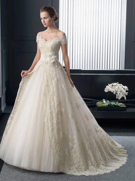 Классическое свадебное платье с приспущенными плечами