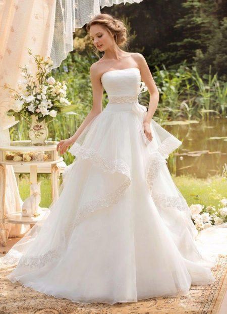 Классическое пышное свадебное платье с многослойной юбкой