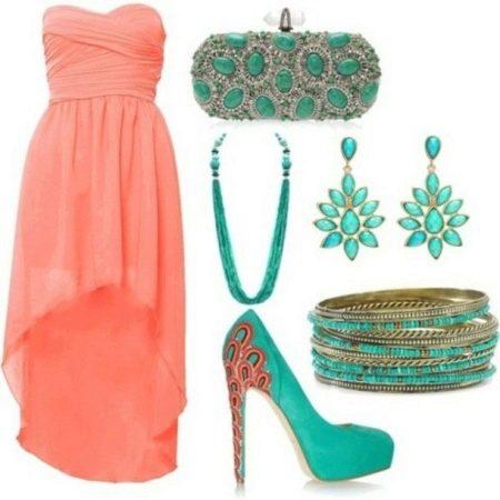Коралловое платье с бирюзовыми аксессуарами